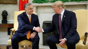 El presidente estadounidense Donald Trump (derecha) estrecha la mano del primer ministro húngaro Viktor Orban (izquierda) durante su encuentro en la Casa Blanca, en Washington, el 13 de mayo de 2019.