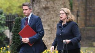 Gavin Williamson (à gauche) et Penny Mordaunt, nouvelle ministre britannique de la Défense, le 8 avril 2019 à Londres.