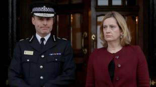 La ministra de Asuntos Interiores Amber Rudd (d) declaró que la policía británica reabrirá 14 casos que podrían tener relación con Rusia.