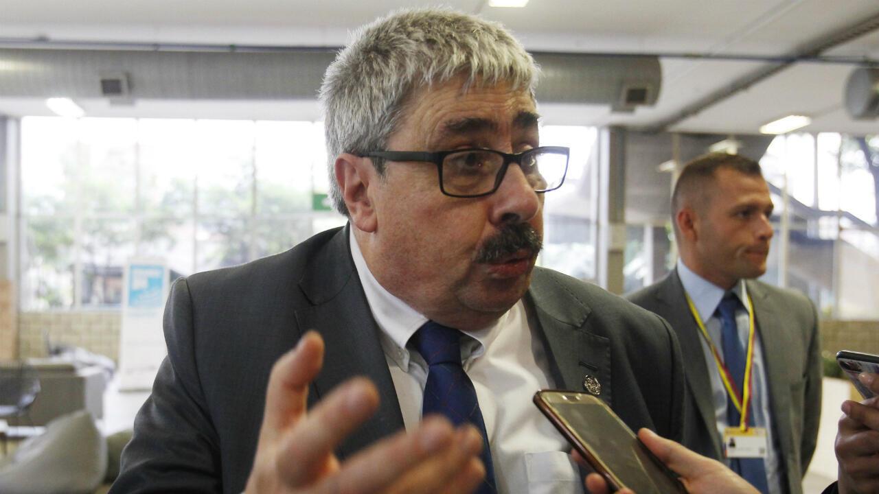 El subsecretario de Relaciones Exteriores de Uruguay, Ariel Bergamino, habla con medios de comunicación durante la 49° Asamblea General de la OEA, en Medellín, Colombia, el 27 de junio de 2019.