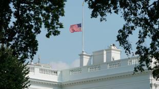 """تنكيس العلم الأمريكي """"احتراما"""" للسيناتور جون ماكين بعد صدور مرسوم رئاسي بهذا الشأن."""