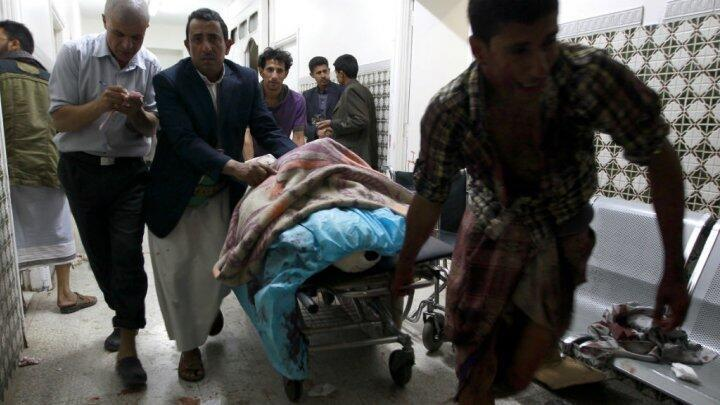 جريح يصل مستشفى صنعاء، 2 أيلول/سبتمبر 2015