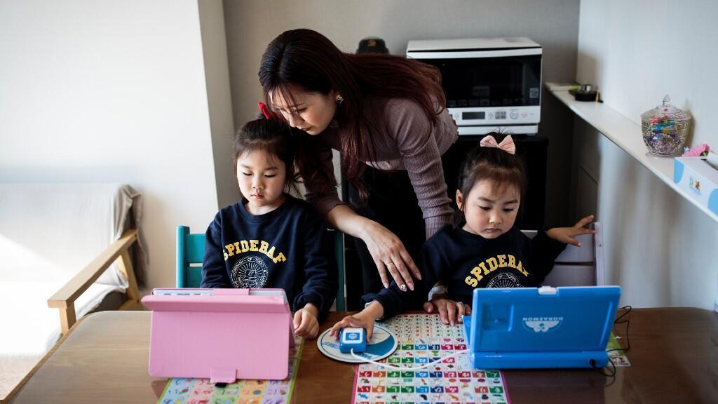 Las mujeres cargan con el cuidado a los hijos en una tarea de conciliación dificultada por el teletrabajo y la cuarentena impuesta por la pandemia. Imagen del 19 de marzo de 2020 en Tokio, Japón.