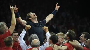 Andy Murray porté en triomphe par l'équipe de Grande-Bretagne, le 29 novembre 2015 à Gand, en Belgique.