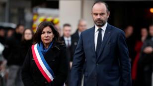 La maire de Paris Anne Hidalgo et le Premier ministre Édouard Philippe rendent hommage aux victimes des attentats.