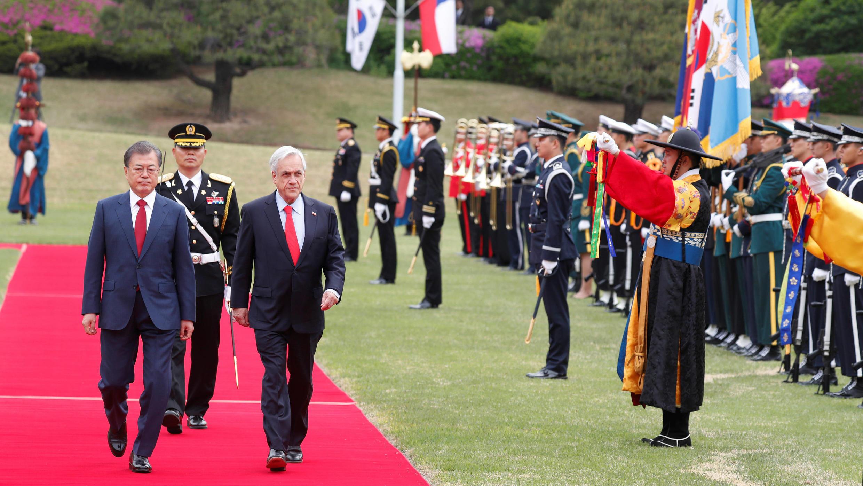 El presidente de Chile, Sebastián Piñera, y el presidente de Corea del Sur, Moon Jae-in, pasan revista a la guardia de honor durante una ceremonia de bienvenida en la Casa Azul presidencial en Seúl, Corea del Sur, el 29 de abril de 2019.