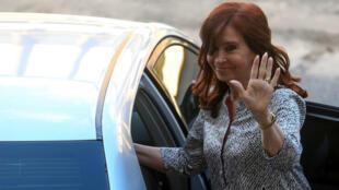 La senadora Cristina Fernández saliendo de un tribunal tras su comparecencia del pasado 25 de febrero en Buenos Aires.
