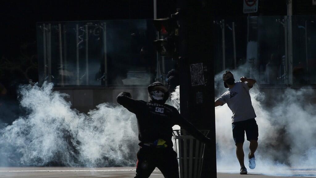 Manifestantes desafían a las fuerzas de seguridad, en la Avenida Paulista, en Sao Paulo, Brasil, el 31 de mayo de 2020.