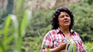L'activiste écologique Berta Caceres sur les rives du fleuve Gualcarque, dans l'ouest du Honduras, en 2015