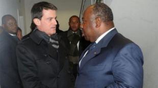 Poignée de main échangée entre Manuel Valls et Ali Bongo, le 21 janvier, en marge du Forum économique de Davos (Suisse).