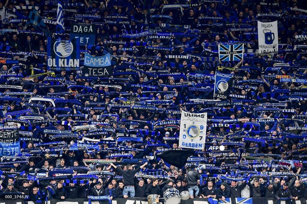 I tifosi di Atlanta esultano durante il round della UEFA Champions League di Atlanta Bergamo Versus.  Valencia il 19 febbraio 2020 allo Stadio San Siro di Milano.