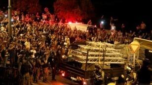 فلسطينيون يحتفلون أمام باب الأسباط، أحد مداخل الحرم القدسي، بعد إزالة إسرائيل تجهيزات أمنية مستحدثة في 27 تموز/يوليو 2017