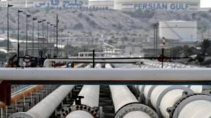 أنابيب تصدير النفط في منشأة إيرانية في جزيرة خرج على ساحل الخليج في صورة تعود إلى 23 شباط/فباير 2016