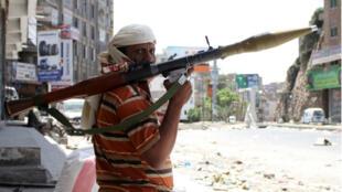 Un partisan du président évincé Hadi dans la ville yéménite de Taez, le 16 avril 2015.