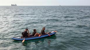 Trois migrants tentent de traverser la Manche pour rejoindre la Grande-Bretagne dans une petite embarcation depuis Calais, le 4 août 2018.