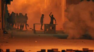 Los manifestantes arrojaron piedras contra las fuerzas de seguridad en el distrito de Djebel Lahmar, en Túnez.