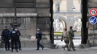 Les alentours du Louvre étaient bloqués par de nombreux policiers, vendredi 3 février 2017, après l'attaque d'un des militaires en faction.