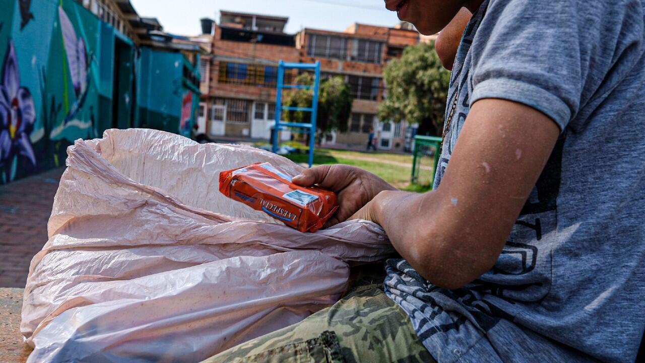 Un menor de edad residente de la localidad de Kennedy, Bogotá, con una de las bolsas de alimentos repartidas por Ciudad en Movimiento.