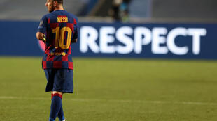 L'attaquant argentin du FC Barcelone Lionel Messi après le coup de sifflet final du quart de finale de la Ligue des champions perdu par le Barça contre le Bayern Munich au stade de la Luz de Lisbonne, le 14 août 2020.