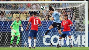 Edinson Cavani impacta de cabeza para marcar el gol de Uruguay ante Chile en el estadio Maracaná de Río de Janeiro, el 24 de junio de 2019.