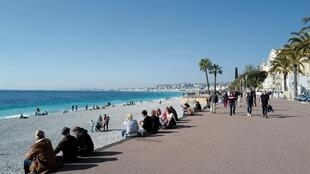 Sunning on the Promenade des Anglais: Right-wing Nice Mayor Christian Estrosi wants a weekend lockdown