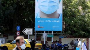 ايرانيون يضعون الكمامات في احد شوارع طهران في 22 تموز/يوليو في 2020.