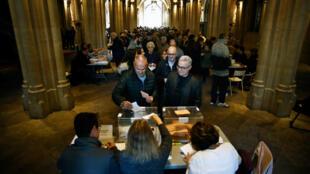 Votantes hacen fila para depositar su papeleta en un colegio electoral de Barcelona el pasado 10 de noviembre de 2019, en las elecciones generales españolas.