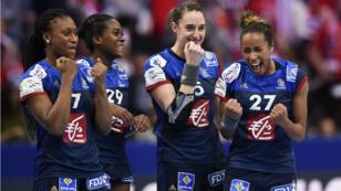 Les joueuses de l'équipe de France de Handball célèbrent leur victoire face au Danemark, le 18 décembre 2016.