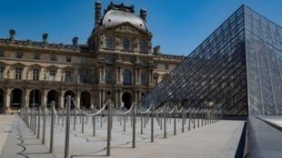 Le musée du Louvres, avec la pyramide de l'architecte Ieoh Ming Pei, le 23 juin 2020