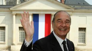Imagen de archivo. El expresidente francés Jacques Chirac se despide al salir de una ceremonia de naturalización de la ciudadanía francesa en Tours, Francia, el 29 de junio de 2006.