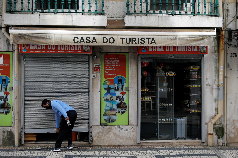 Un homme ouvre sa boutique de souvenirs, le 4 mai 2020, à Lisbonne, au Portugal.