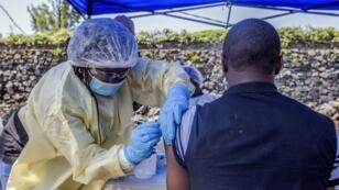 Un homme se fait vacciner contre Ebola dans un centre de Goma, en République démocratique du Congo, le 15 juillet 2019.