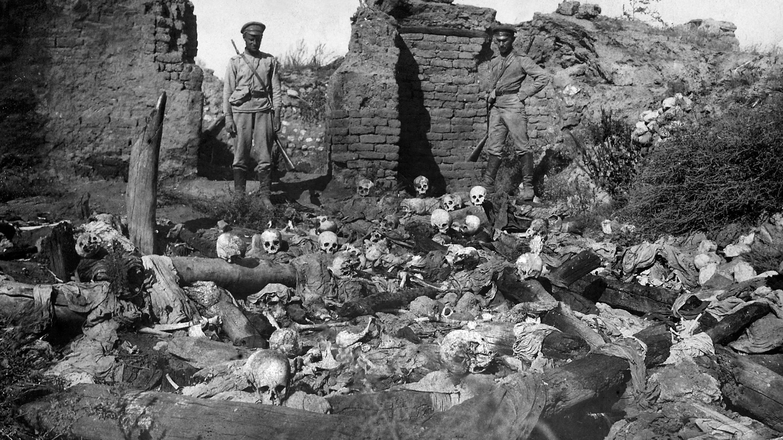 Una imagen publicada por el Instituto-Instituto de Genocidio Armenio de 1915 muestra supuestamente soldados parados sobre cráneos de víctimas de la aldea armenia de Sheyxalan en el valle de Mush, en el frente del Cáucaso durante la Primera Guerra Mundial.