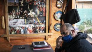 """El minero chileno Mario Sepúlveda, uno de los """"33 mineros de Atacama"""", posa en su casa de Santiago de Chile diez años después de la hazaña, el 10 de julio de 2020"""