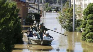 Residentes locales son rescatados por soldados japoneses en una zona inundada, a causa del tifón Hagibis, en Kakuda, prefectura de Miyagi, Japón, el 13 de octubre de 2019.
