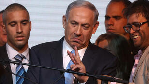 Le Premier ministre israélien sortant Benjamin Netanyahou salue ses partisans, mardi 17 mars 2015 au soir.
