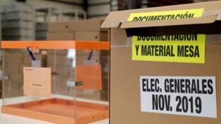 Vista del material apilado y preparado para las elecciones generales del próximo 10 de noviembre en un centro logístico de Alcalá de Henares, España.