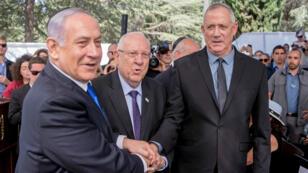 بنيامين نتانياهو ومنافسه بيني غانتس، زعيم حزب أزرق أبيض، في حفل تكريم شمعون بيريز، 19 سبتمبر/أيلول 2019.