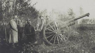 Une pièce de la 9e batterie du 8e régiment d'artillerie tirant ses derniers coups, à six heures du matin, le jour de l'armistice, le 11 novembre 1918.