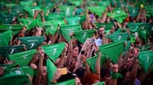 Miles de mujeres con bufandas verdes reclaman la despenalización del aborto, en Argentina, en Buenos Aires el 19 de febrero de 2020.