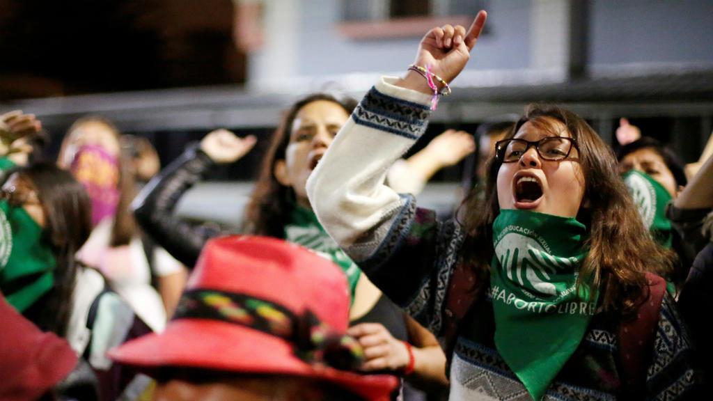 Manifestantes a favor de la despenalización de aborto reaccionan durante una protesta fuera de la Asamblea Nacional cuando los legisladores celebran una sesión para votar sobre la legalización del aborto en casos de violación, en Quito, Ecuador, el 17 de septiembre de 2019.