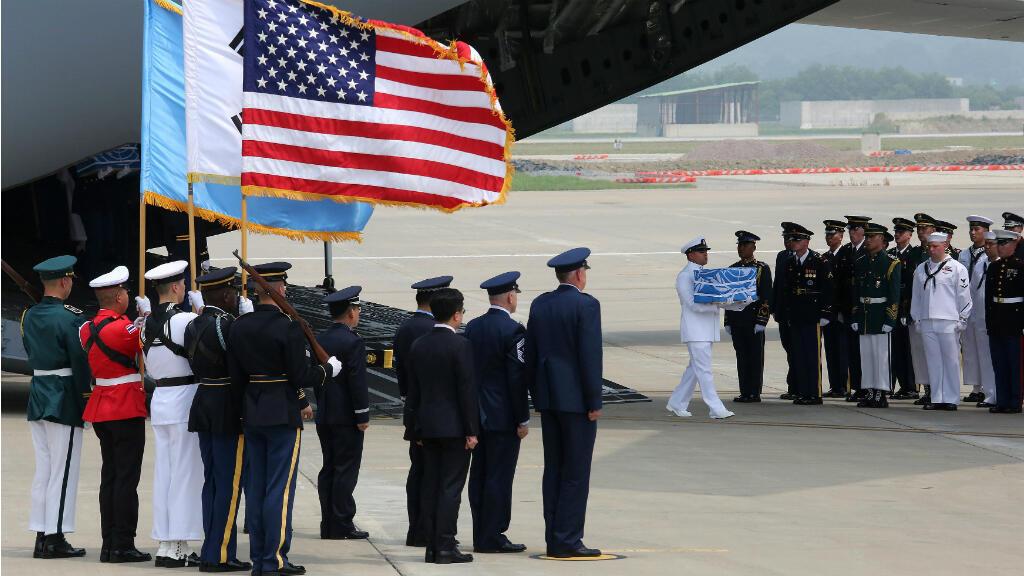 Los guardias de honor surcoreanos y el Comando de las Naciones Unidas llevan los restos de soldados asesinados durante la Guerra de Corea (1950-1953) en los territorios de Corea del Norte, luego de que el avión militar estadounidense llegara desde Corea del Norte a la base aérea de Osan en Pyeongtaek, Corea del Sur, el viernes 27 de julio de 2018.