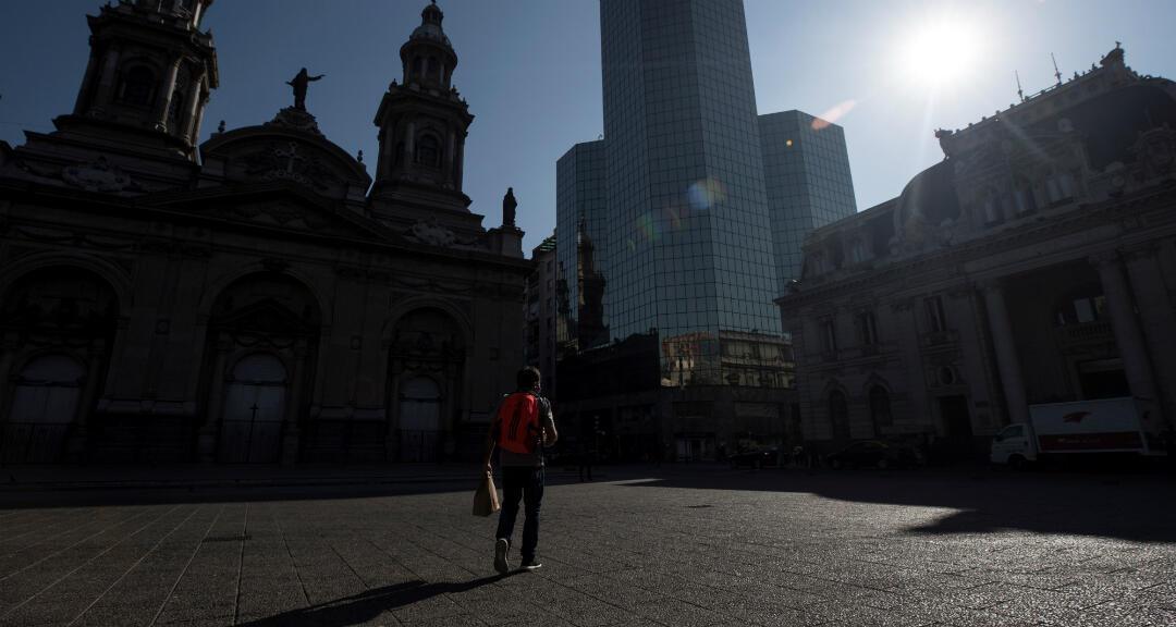 Un hombre es visto mientras camina en la Plaza de Armas en el centro de Santiago, Chile, el 14 de mayo de 2020.