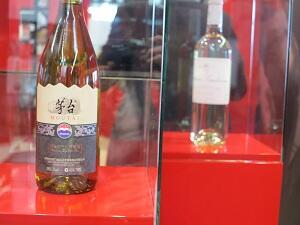 Une bouteille de vin produite en Chine par le Chinois Moutai. Au second plan, un Château Loudenne, dont la propriété a été rachetée par le même producteur.