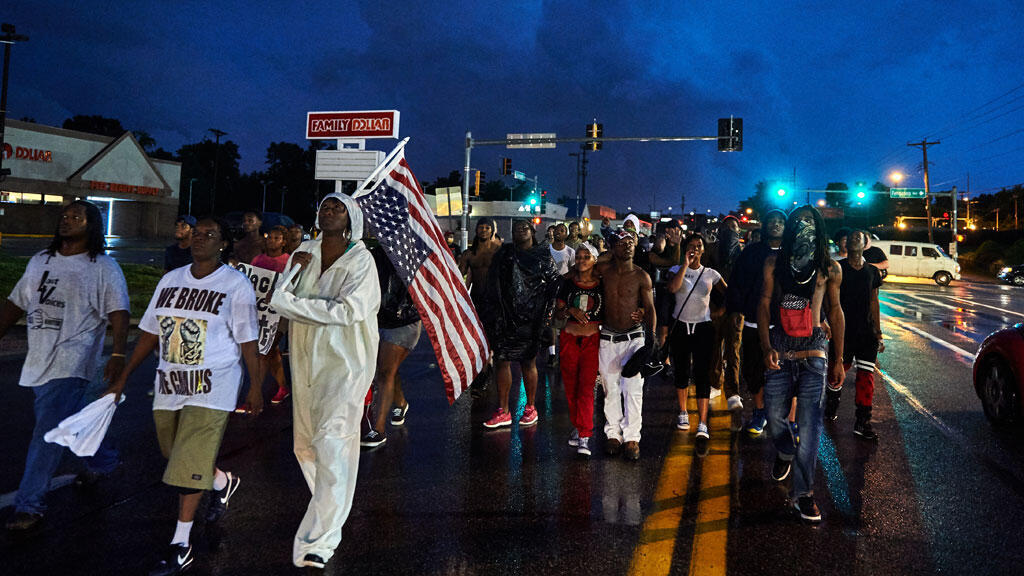 Des coups de feu et des violences ont éclaté à la nuit tombée à Ferguson, alors que plusieurs centaines de personnes commémoraient la mort de Michael Brown, il y a un an.