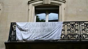 france balcon masques pancarte