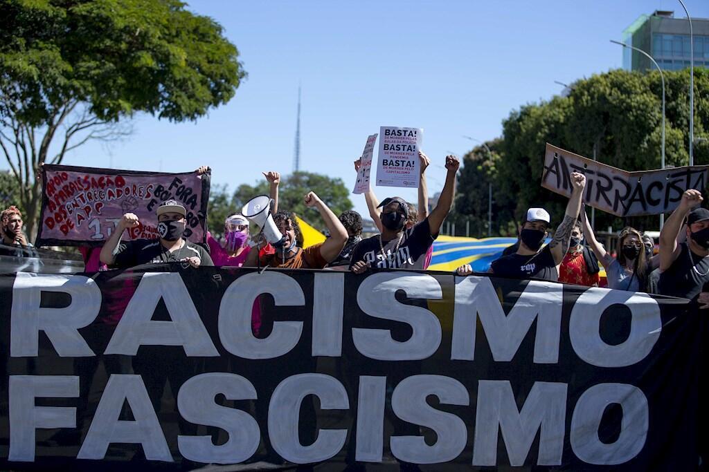 Manifestantes protestan contra el presidente brasileño Jair Bolsonaro este domingo, en Brasilia (Brasil).
