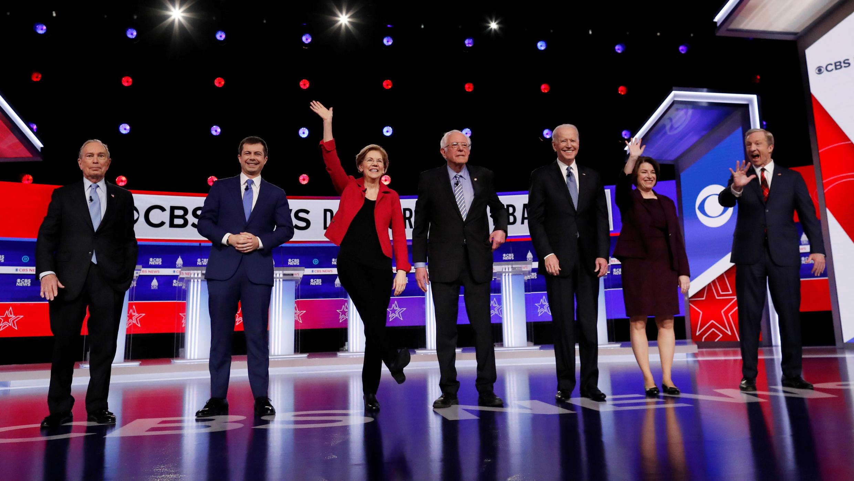 Los precandidatos demócratas saludan tras participar del décimo debate presidencial en Carolina del Sur, el 25 de febrero de 2020.
