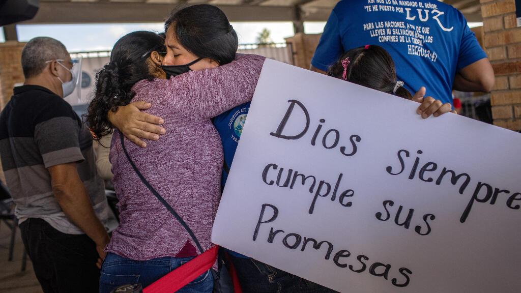 """Los primeros solicitantes de asilo en cruzar hacia el sur de Texas como parte de la eliminación de los Protocolos de Protección al Migrante (MPP) de la era Trump, también conocidos como la política de inmigración """"Permanecer en México"""", son ahora libres de viajar dentro de Estados Unidos a la espera de sus audiencias."""