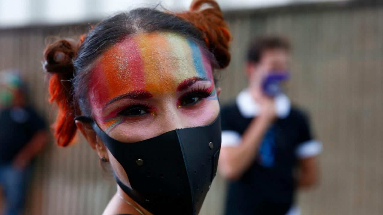 Una mujer participa de una marcha en el día del Orgullo LGBT+ en Medellín, Colombia, este 28 de junio de 2020.